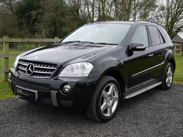 Diamond black metallic Mercedes-Benz ML320